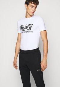 EA7 Emporio Armani - PANTALONI - Pantaloni sportivi - black - 3