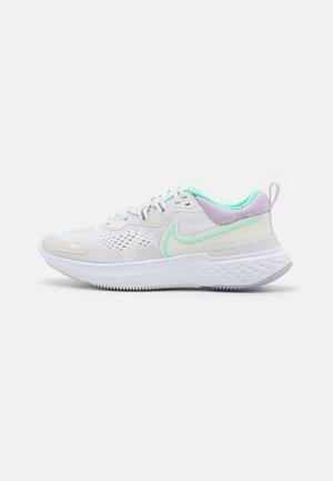 REACT MILER 2 - Zapatillas de running neutras - platinum tint/green glow/white