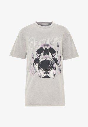 SKULL FLAMES TEE - Print T-shirt - grey