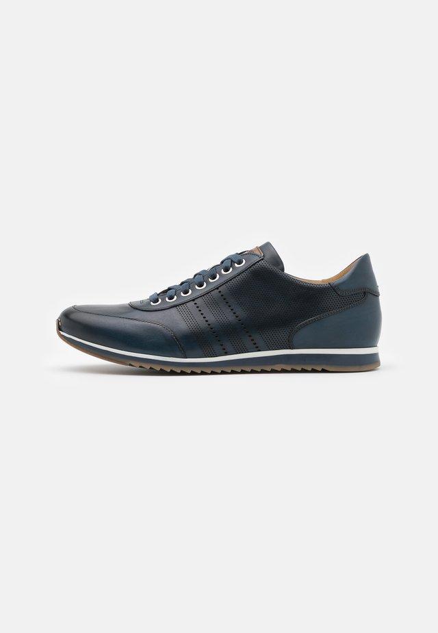 Sneakers laag - azul/coñac/tono