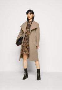 Dorothy Perkins Petite - FUNNEL COLLAR BELTED COAT - Classic coat - camel - 1