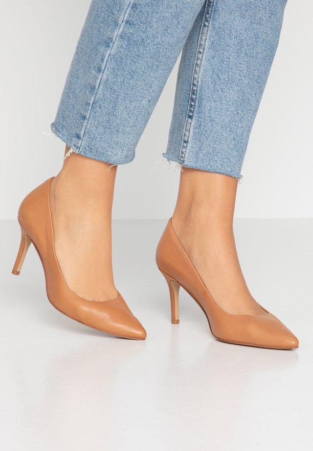 CORONITIFLEX - Classic heels - cognac