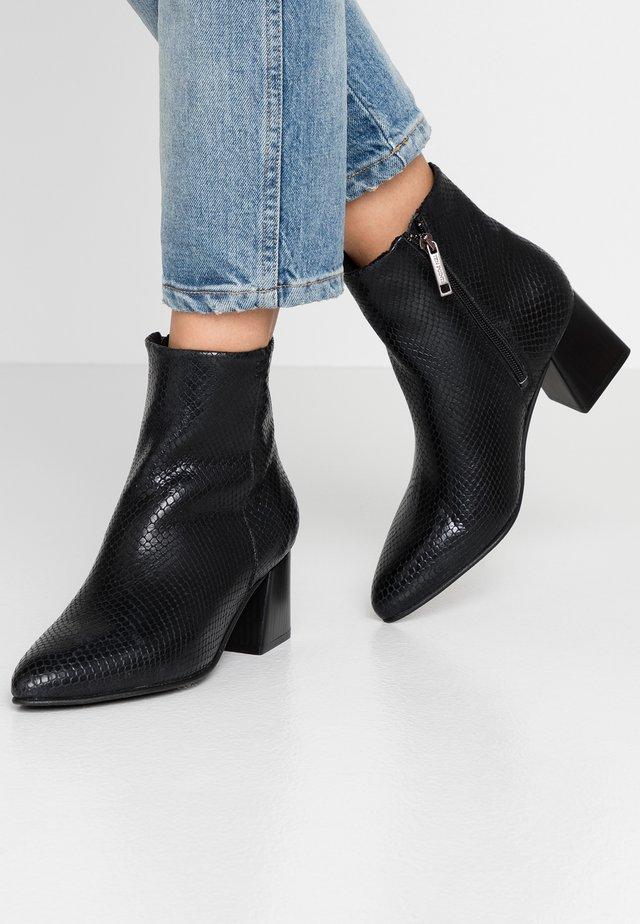 SOPHIE - Korte laarzen - black