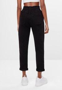 Bershka - MIT ELASTISCHEM BUND  - Straight leg jeans - black - 2