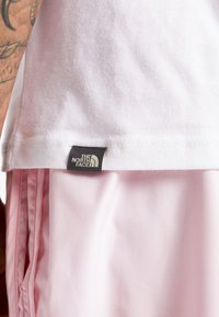 The North Face - SHOULDER LOGO TEE - Print T-shirt - tnf white - 5