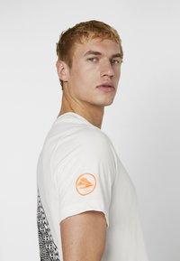 Nike Performance - DRY TEE HAKONE EKIDEN - Camiseta de deporte - summit white - 3