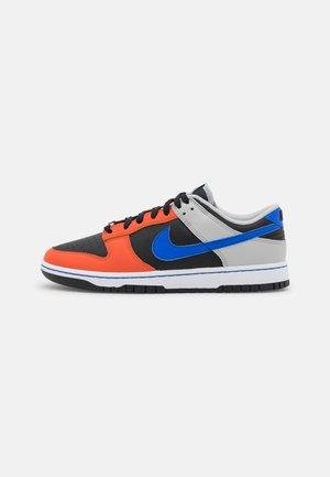 DUNK RETRO - Baskets basses - black/racer blue/grey fog/orange/white