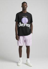 Bershka - ONE PIECE REGULAR FIT - T-shirt imprimé - black - 1