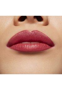 MAC - LOVE ME LIQUID LIPCOLOUR - Vloeibare lippenstift - still winning - 3