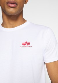 Alpha Industries - Print T-shirt - white/red - 5