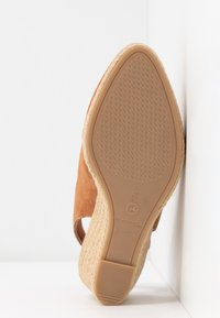 Tamaris - SLING BACK - Wedges - cognac - 6