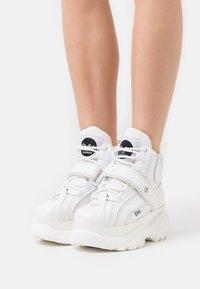 Buffalo London - Sneakersy wysokie - white - 0