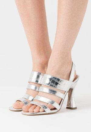 POP - Sandały na obcasie - silver