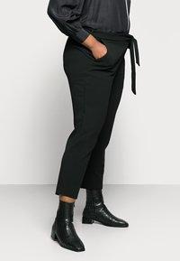 Anna Field Curvy - Chino kalhoty - black - 3