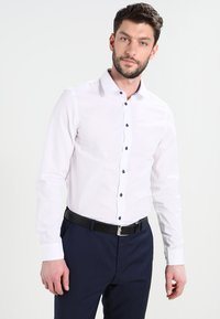 Pier One - CONTRAST BUTTON SLIMFIT - Skjorter - white/blue - 0
