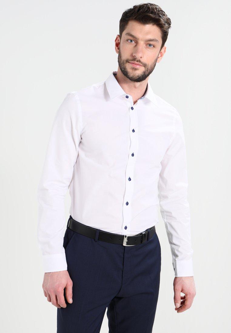 Pier One - CONTRAST BUTTON SLIMFIT - Shirt - white/blue