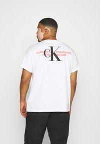 Calvin Klein Jeans Plus - URBAN GRAPHIC - Triko spotiskem - bright white - 2