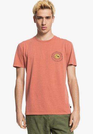SILENT DUSK SS - Print T-shirt - cinnamon