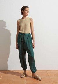 OYSHO - HAREM  - Pantaloni - evergreen - 1