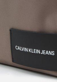 Calvin Klein Jeans - ROUND FRONT ZIP UNISEX - Rucksack - dusty brown - 2