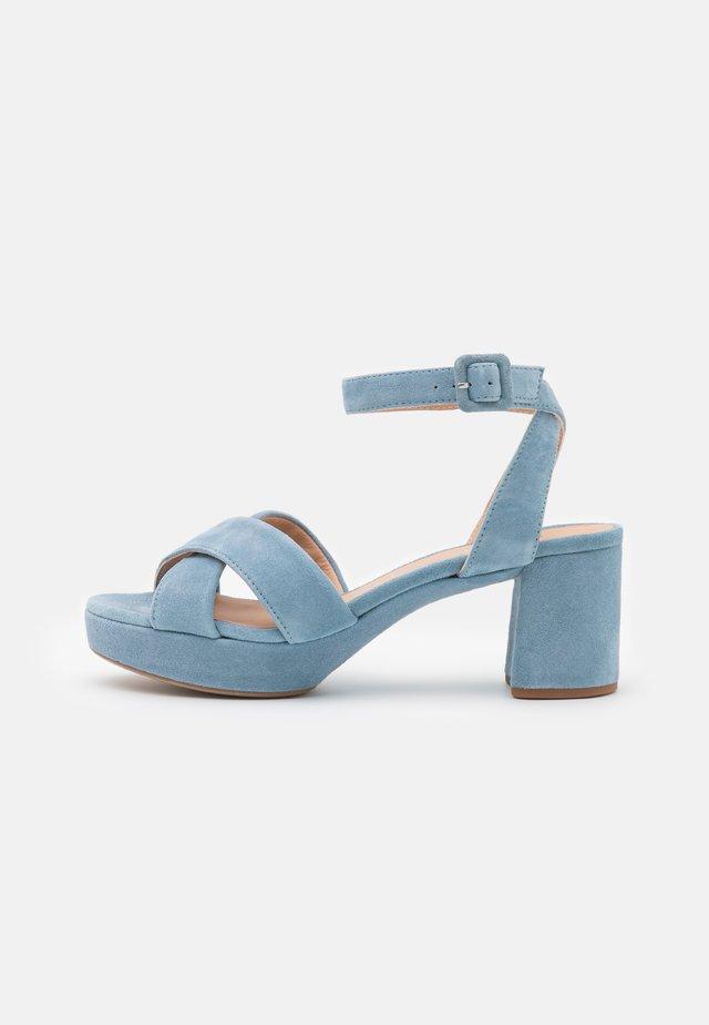 NOVILLA - Sandalen met plateauzool - jeans