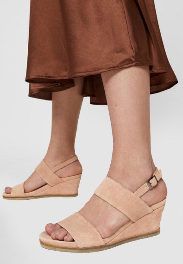 Sandały na koturnie - pink