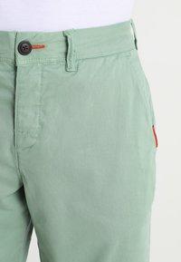 Superdry - INTERNATIONAL CHINO SHORT - Shorts - green tea - 3