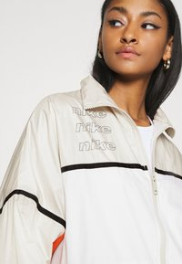 Nike Sportswear - ARCHIVE RMX - Chaqueta de deporte - light bone/white/healing orange - 4