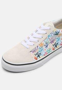 Vans - OLD SKOOL UNISEX - Sneakersy niskie - blanc de blanc/true white/black/natural drill/classic gum - 6