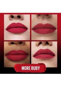 Maybelline New York - COLOR SENSATIONAL ULTIMATTE - Lipstick - more ruby - 3