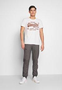 Superdry - ORANGE LABEL CLASSIC - Teplákové kalhoty - mid grey texture - 1