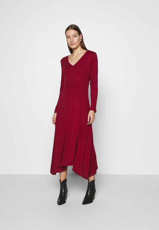 VNECK COZY - Sukienka dzianinowa - mulled cranberry