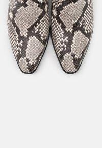 MICHAEL Michael Kors - SINCLAIR BOOTIE - Kotníková obuv - black/white - 6