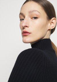 Victoria Beckham - LONG SLEEVE NECK FITTED - Pletené šaty - navy - 5