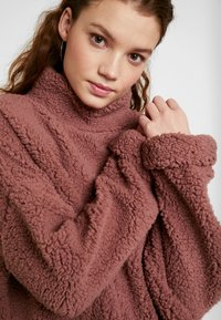 Cotton On - FUNNEL NECK TEDDY - Felpa - burlwood - 5
