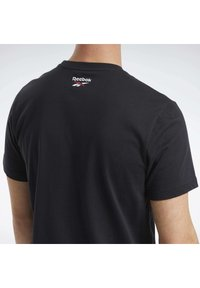 Reebok Classic - CLASSICS B-BALL COURT T-SHIRT - Print T-shirt - black - 4