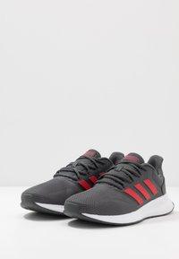 adidas Performance - RUNFALCON - Obuwie do biegania treningowe - grey six/scarlet/footwear white - 2