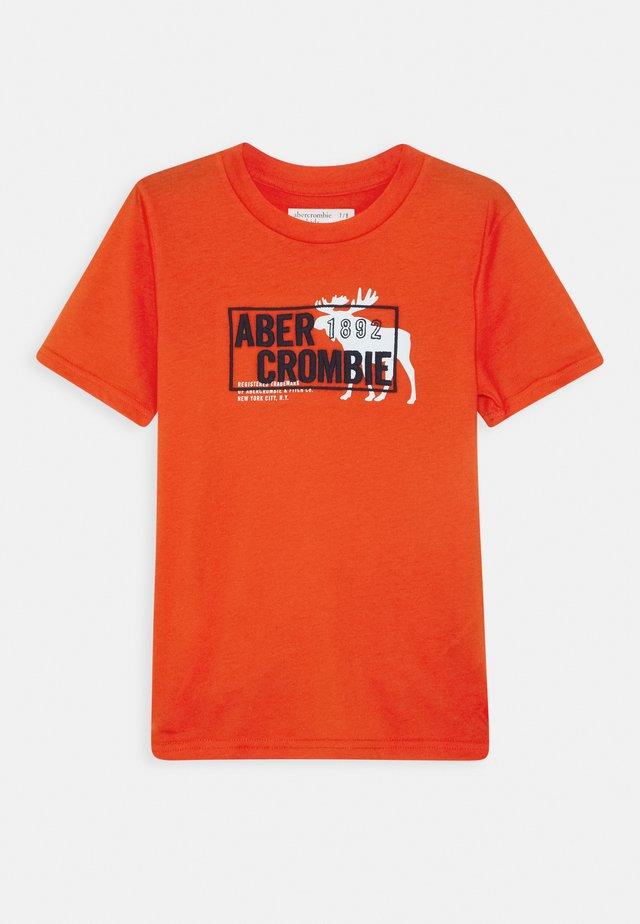 MULTIMEDIA TECH LOGO - T-shirt z nadrukiem - red/orange