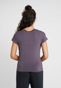 Curare Yogawear - SLIT - Print T-shirt - aubergine - 2