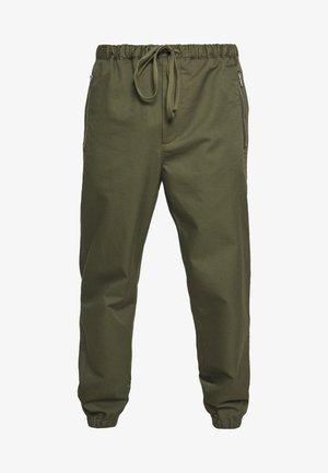 CLASSIC TRACK PANT  - Kalhoty - army