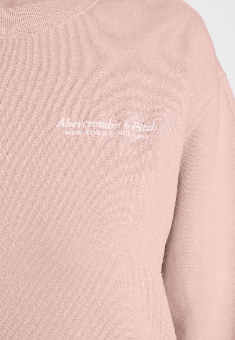 Abercrombie & Fitch ITALICS SEAMED LOGO CREW - Sweatshirt - pink/rosa 1sSB1t