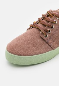 Pompeii - HIGBY UNISEX - Sneakersy niskie - brown/neomint - 5