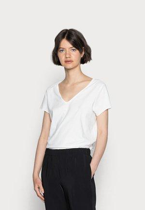 EMELYN TONIC TEE - Jednoduché triko - chalk white