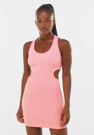 KURZES, KÖRPERNAH GESCHNITTENES  MIT PATENTMUSTER  - Sukienka etui - pink