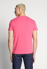 Tommy Jeans - BADGE TEE  - T-shirt basic - bright cerise pink - 2