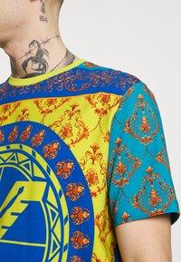 Carlo Colucci - COLOURS UNISEX - Print T-shirt - petrol - 4