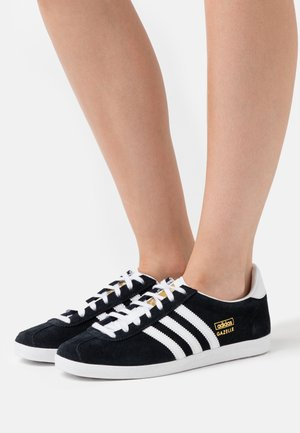 GAZELLE SPORTS INSPIRED SHOES - Trainers - core black/footwear white/gold metallic