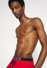 Calvin Klein Swimwear - INTENSE POWER MEDIUM DOUBLE - Swimming shorts - fierce red - 2