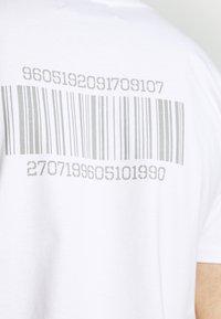 YAVI ARCHIE - BARCODE - Print T-shirt - white - 4