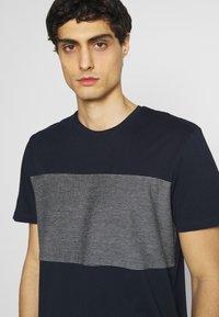 TOM TAILOR - WITH STRIPED INSERT - T-shirt med print - dark blue - 3